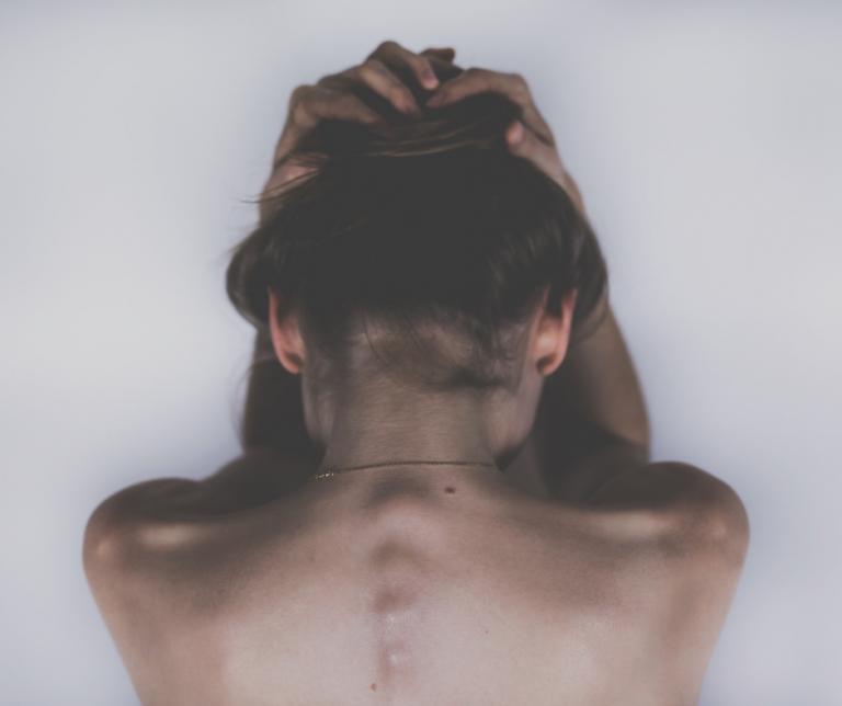 espalda y cuello de una chica sin ropa