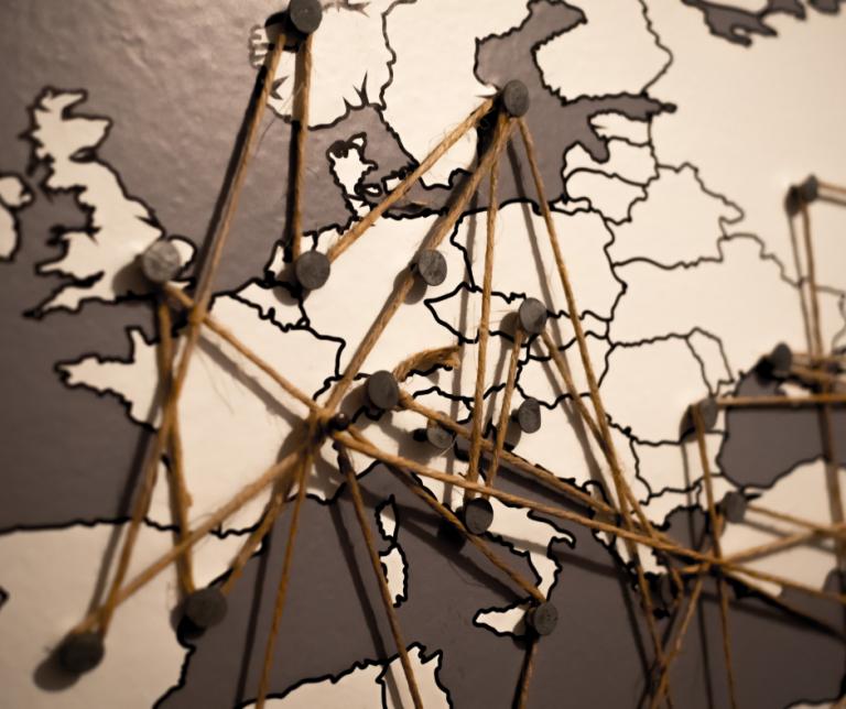 mapa de Europa con chinchetas y gomas