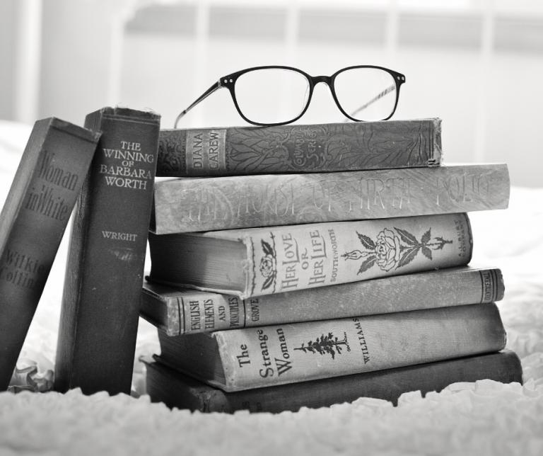 gafas sobre libros